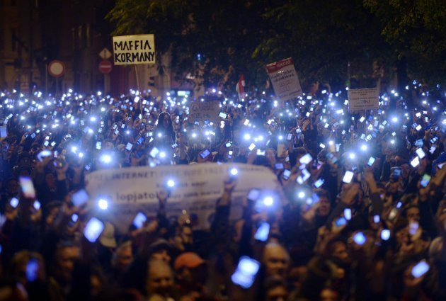 macaristan-internet-vergi-protesto-271014