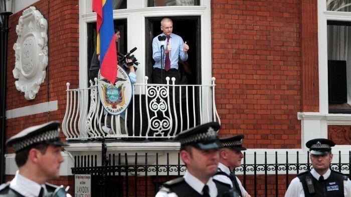 İngiliz polisi Julian Assange'ın sığındığı Ekvador büyükelçiliğinin önünden çekildi