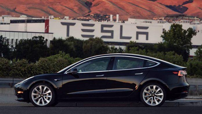 Elon Musk üretilmiş ilk Tesla Model 3'ü gösterdi