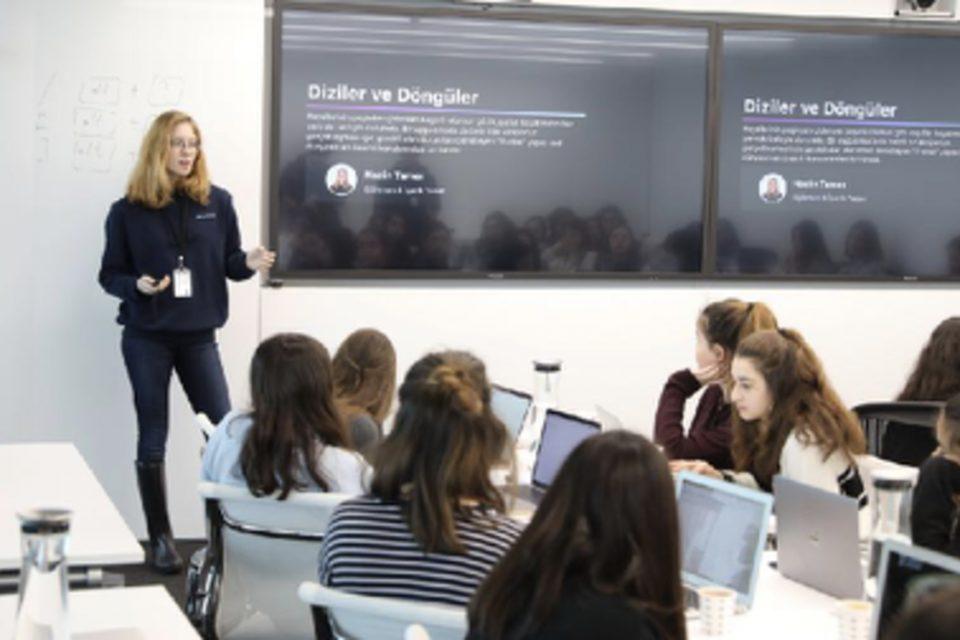 Herkes kod yazabilir: Kız öğrenciler Swift ile kodlama öğrendi