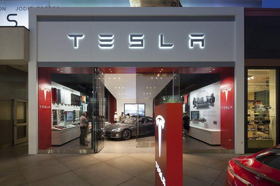 Tesla mağaza kapatmak yerine otomobil fiyatlarına zam yapıyor