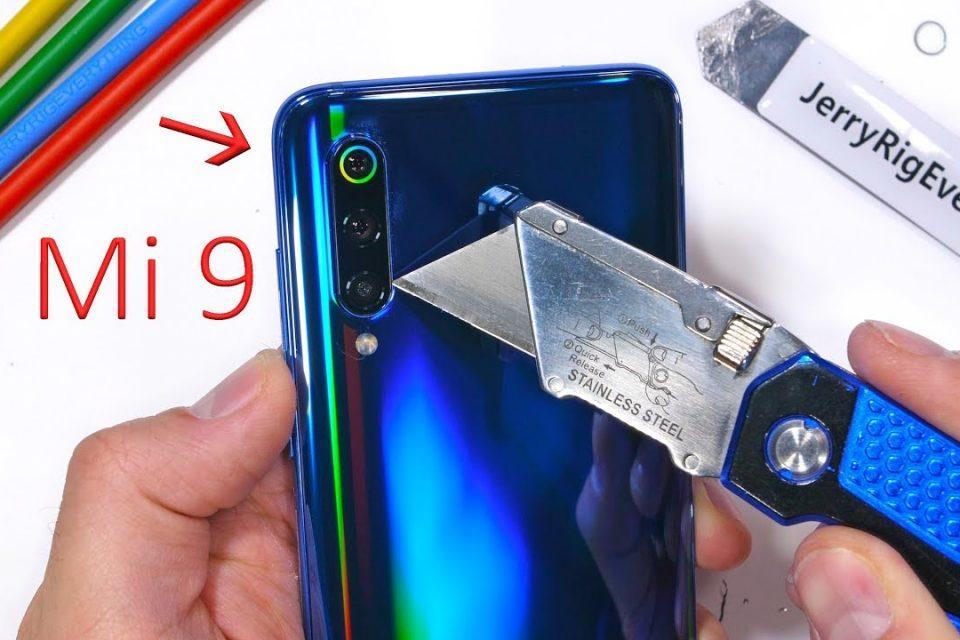 Xiaomi Mi 9 ne kadar sağlam, videoda görün